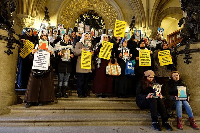 Frauen protestierten im Hamburger Rathaus gegen Massaker an kurdischer Zivilbevölkerung