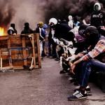 Jugend an brennender Barrikade