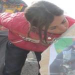 Junge Frau küsst den Grabstein von Berivan Arin
