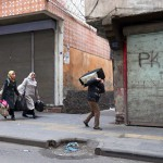 15.03.2016, Baglar, Menschen fliehen aus dem umkämpften Stadtteil