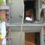 Vorderseite des völlig zerstörten Gebäudes