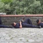 Polizisten suchen Schutz