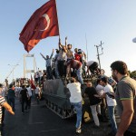 Von AKP ANhängern eroberter Panzer auf einer Bosporusbrücke