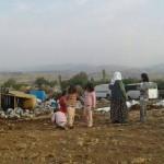 """Türkische """"Sicherheitskräfte"""" vertreiben die aus Şirnex vertriebene Bevölkerung aus ihren Zelten vor der Stadt"""