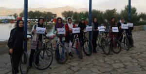 Frauen trotzen dem Radsportverbot in Merîwan